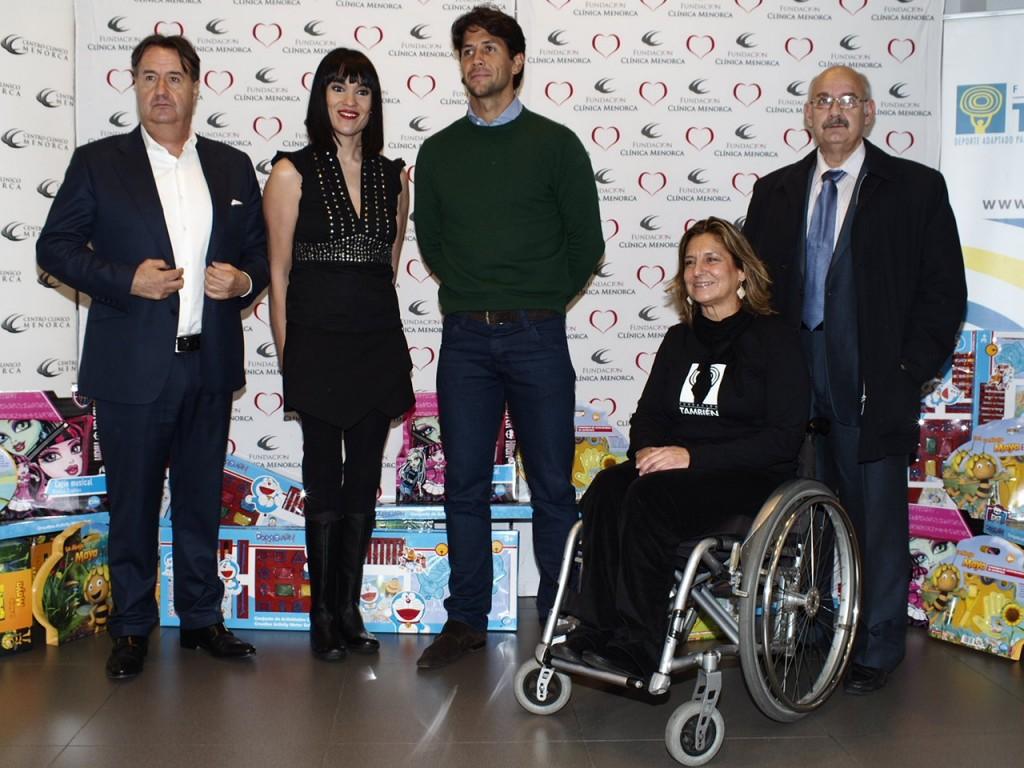 Irene Ville entrega juguetes a niños discapacitados