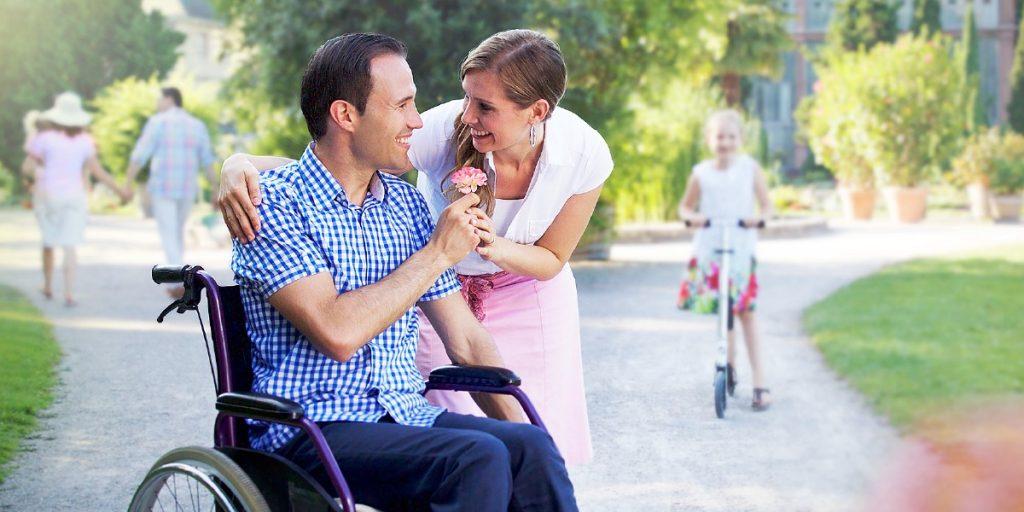persona en silla de ruedas con su mujer