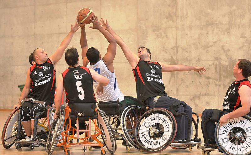 Encuentro de baloncesto en silla de ruedas